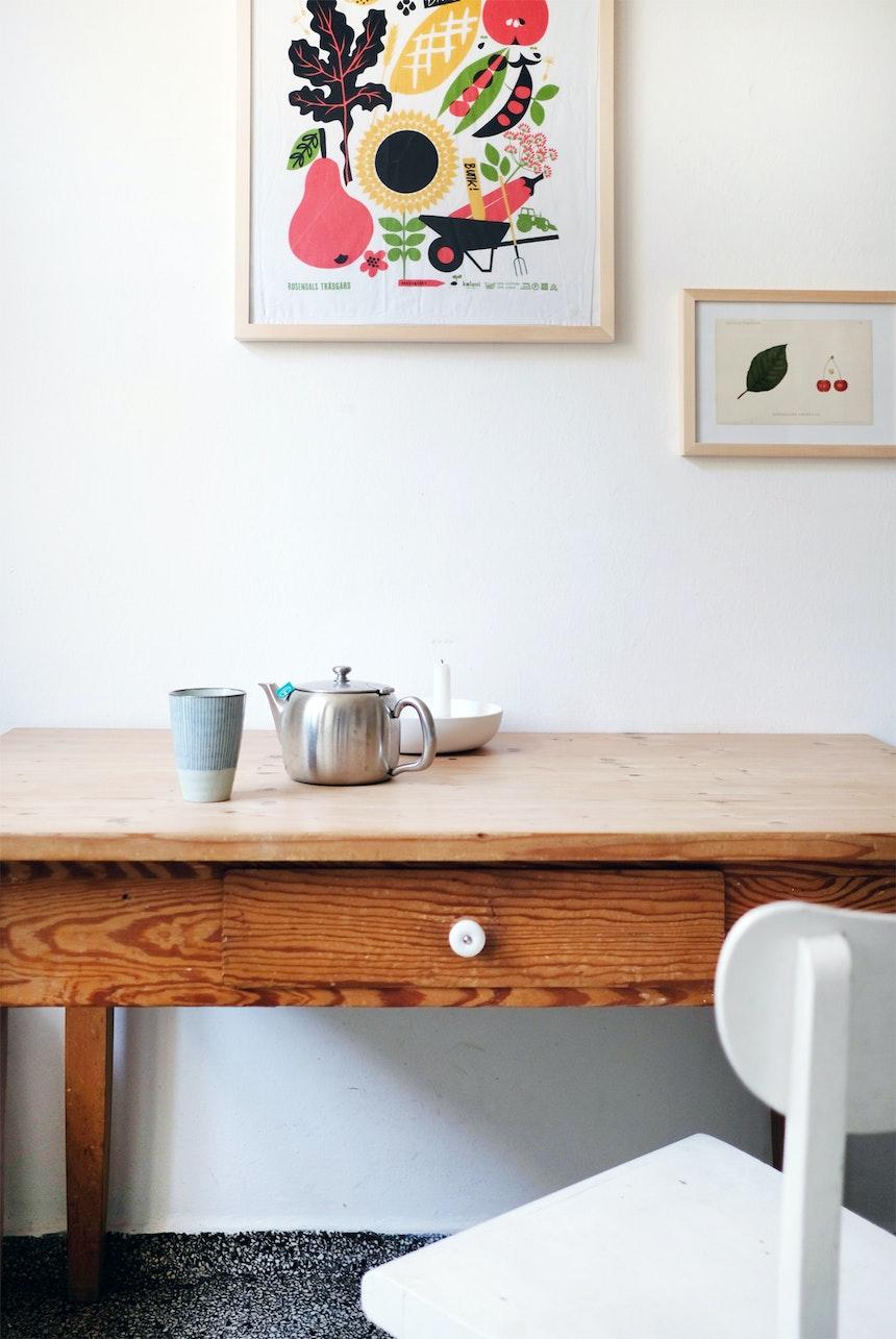 Der Küchentisch stammt noch von Helenes Großmutter, die Stühle waren ein Straßenfund, zur Deko hängt ein gerahmtes Küchentuch an der Wand