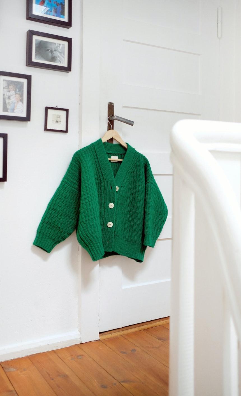 Wer Helene von Instagram kennt, hat bestimmt schon einmal die grüne Strickjacke an ihr gesehen