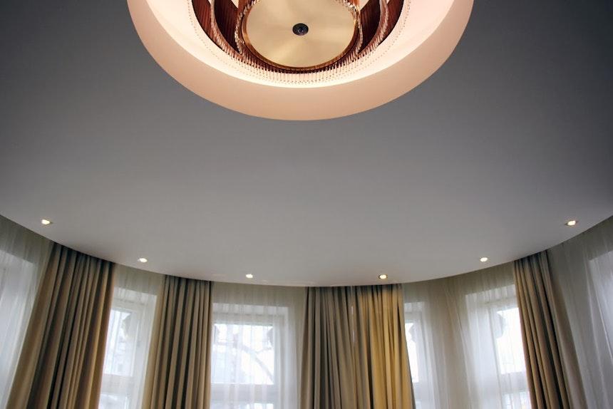 Erkerzimmer mit Deckenlampe