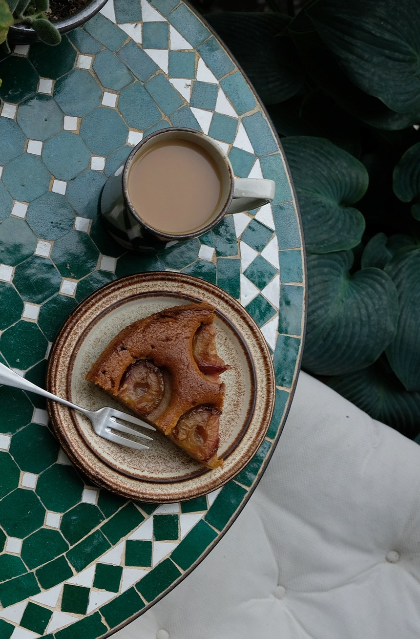 Auf dem kleinen Balkon vor der Küche gibt es Kaffee und von Igor selbst gebackener Pflaumenkuchen mit Kardamon