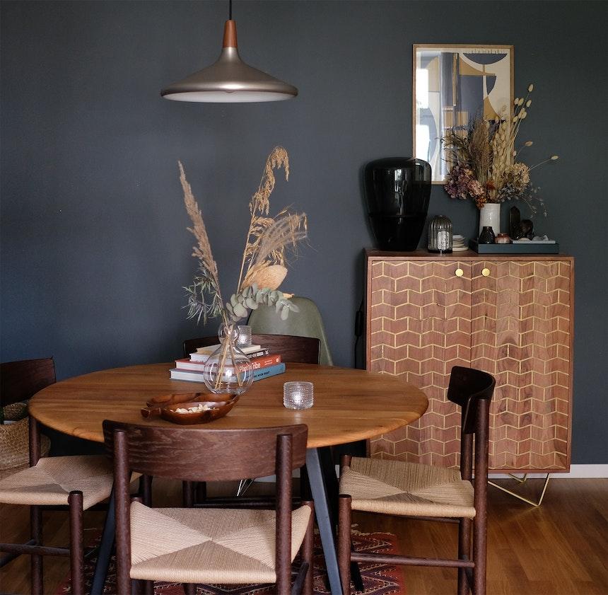 Vintage Style & Trockenblumen, Tisch von Ercol, J39 Mogensen Stühle von Fredericia Furniture, Glasleuchte von Brokis, Wandfarbe »Down Pipe« (F&B)