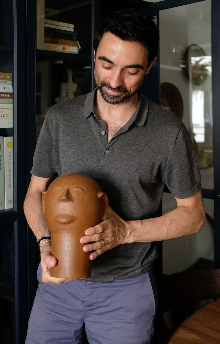 Igor mit einer Tonskulptur der brasilianischen Künstlerin Cida Lima