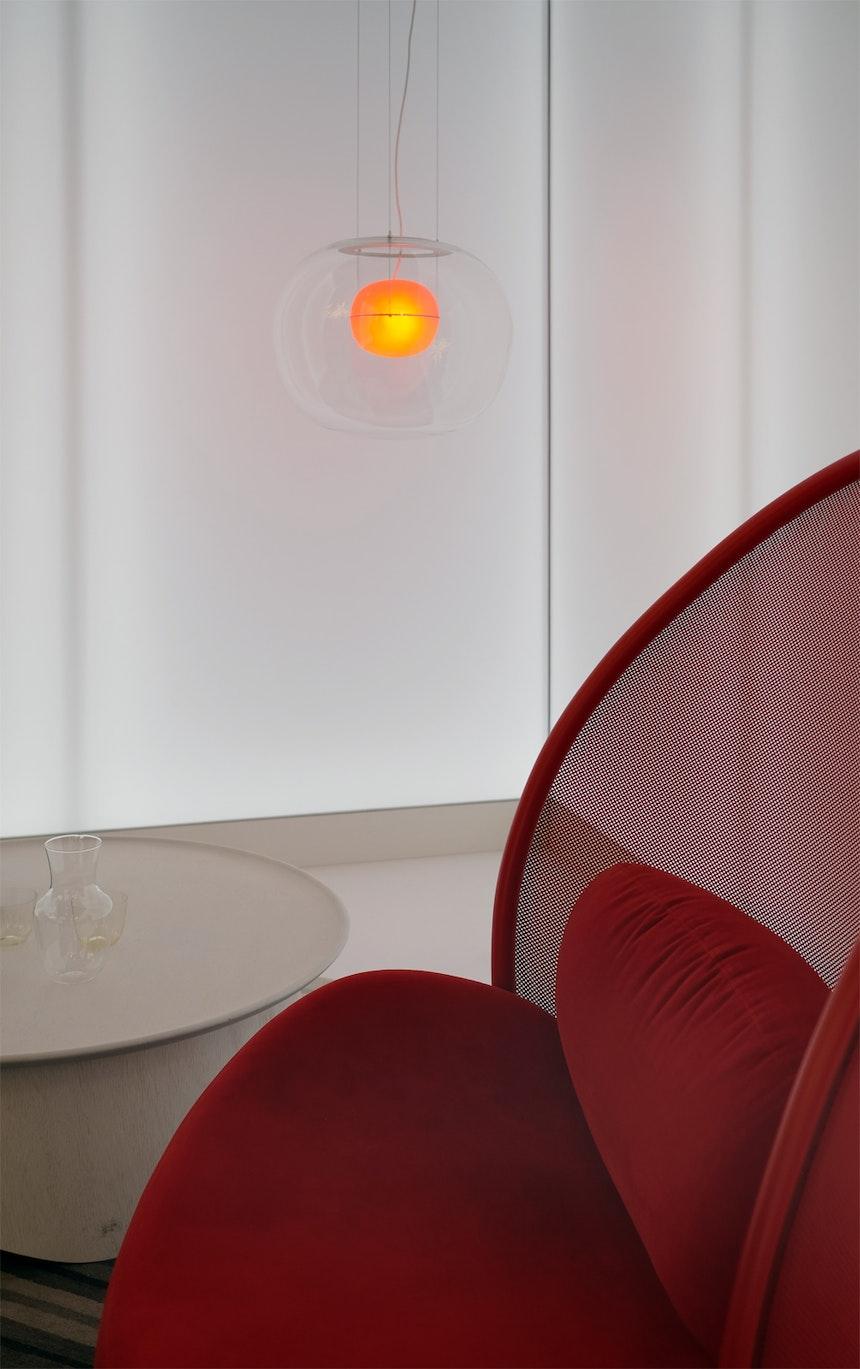 Für »das Haus« entwarf Lucia Koldová den Sessel Chips – perforierter Stoff mit Bugholz umrahmt und einer überdimensionierten Lehne