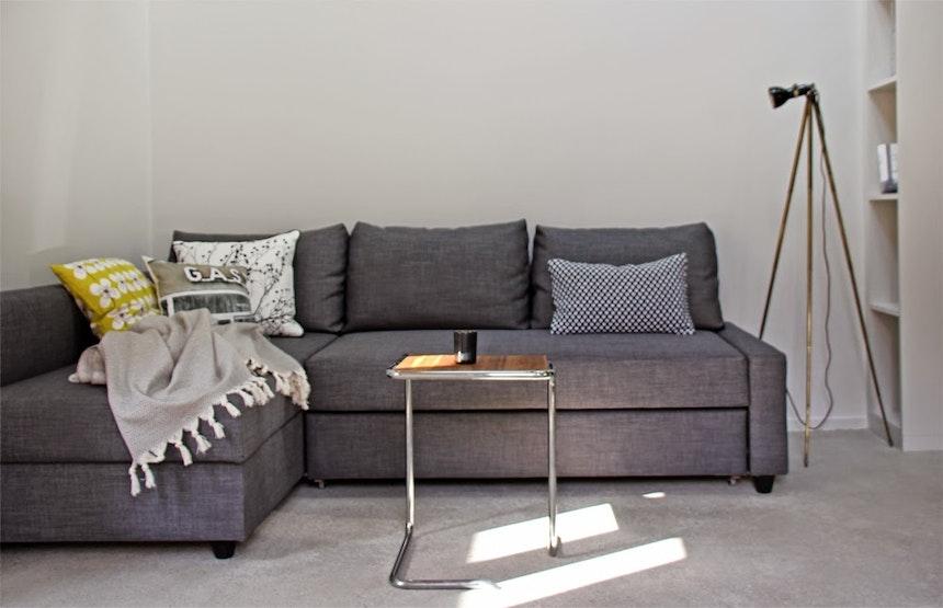 Sofa Friheten/Ikea, Beistelltisch Linus (Prototyp) von e27