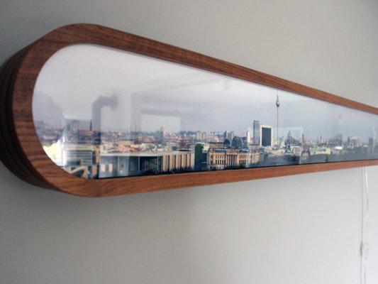 Leuchtkasten-Lampe, Walnussholz, Berlin-Skyline hinter Plexiglas