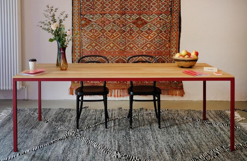 Schöne Kombination – Tisch LEVIS (pulverbeschichteter Stahl und Eiche von IRDEN) und die Teppiche von Berberlin