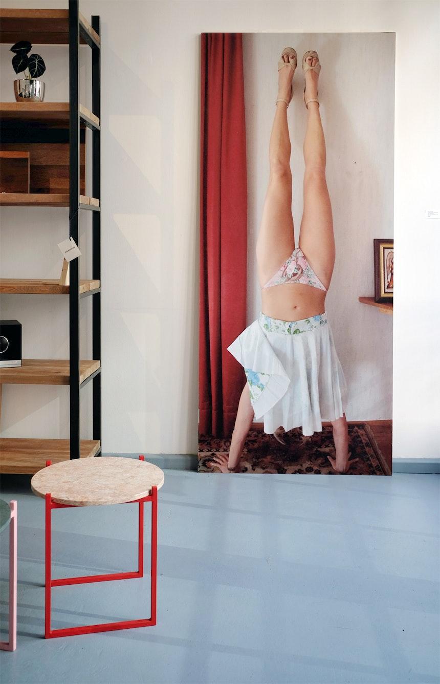 Regal SUSTEREN ZWART, Beistelltisch LULU,  Fotodruck auf Holz von Veronika Natter: »Selbstbildnis ohne Selbst«