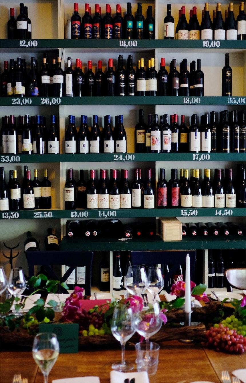 350 Weinsorten stehen auf der Karte, können in der Weinstube probiert und im Online-Shop gekauft werden