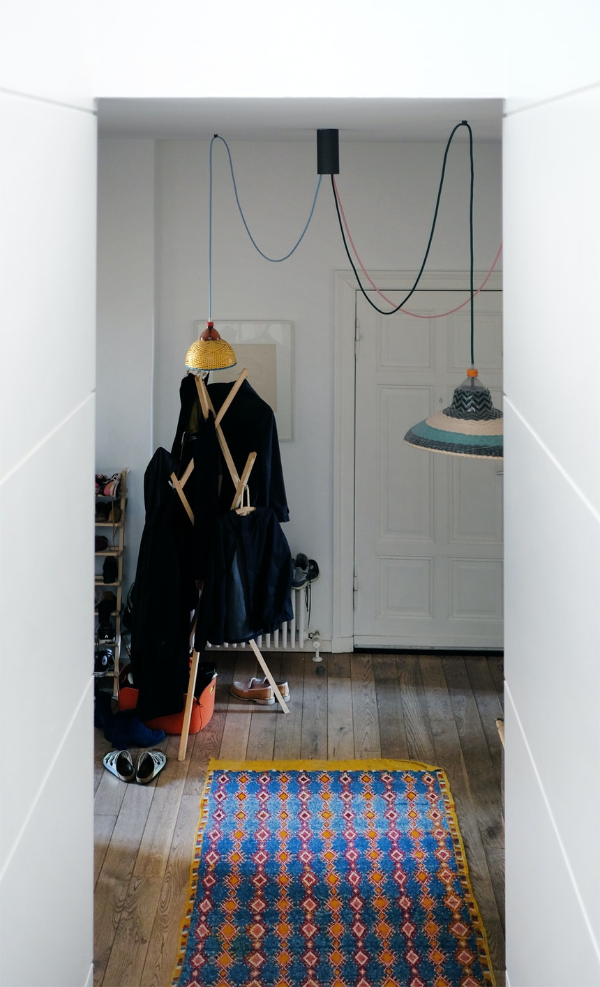 Treppenblick – Pet Lamps, Design Alvaro Catalán, Garderobe »Hut ab«, Design Nils Holger Moormann