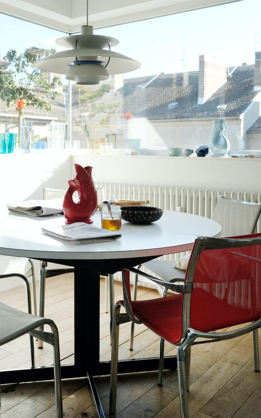 Ein Sitzplatz mit viel Sonne und rotem Gluckerfisch (Gluckigluck), Stühle »Bigframe« 440, Design Alberto Meda für Alias
