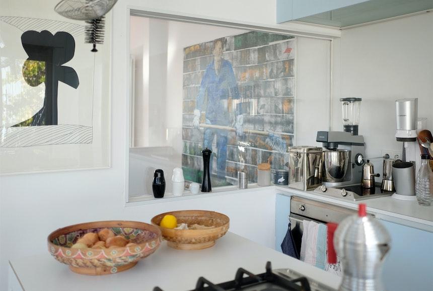 Ein großes Fensterelement trennt Küche und Wohnraum bzw. Treppe zur unteren Etage