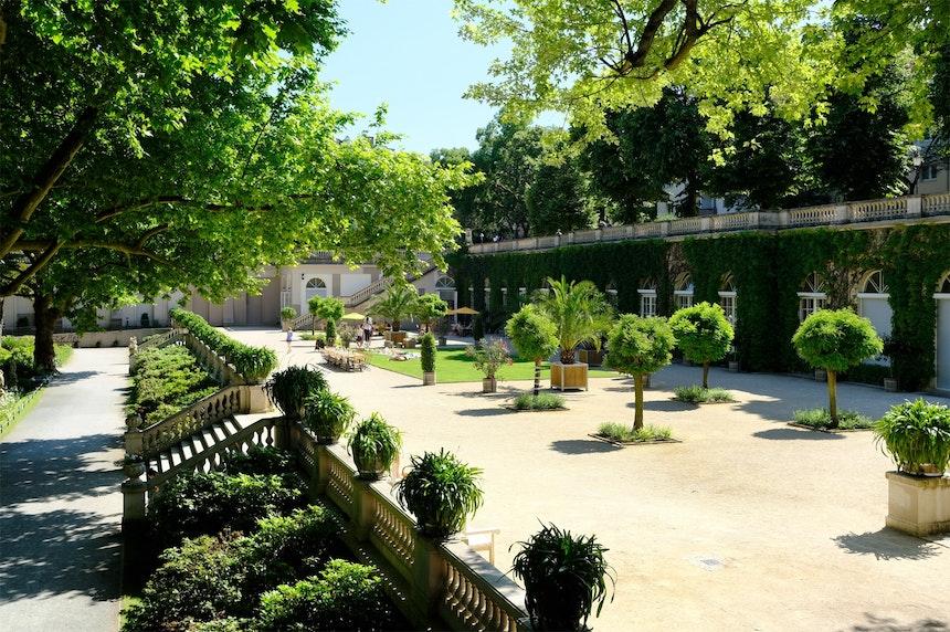 Die an der Westseite des Parks gelegene und mit Efeu bewachsene Orangerie mit Café und Galerie
