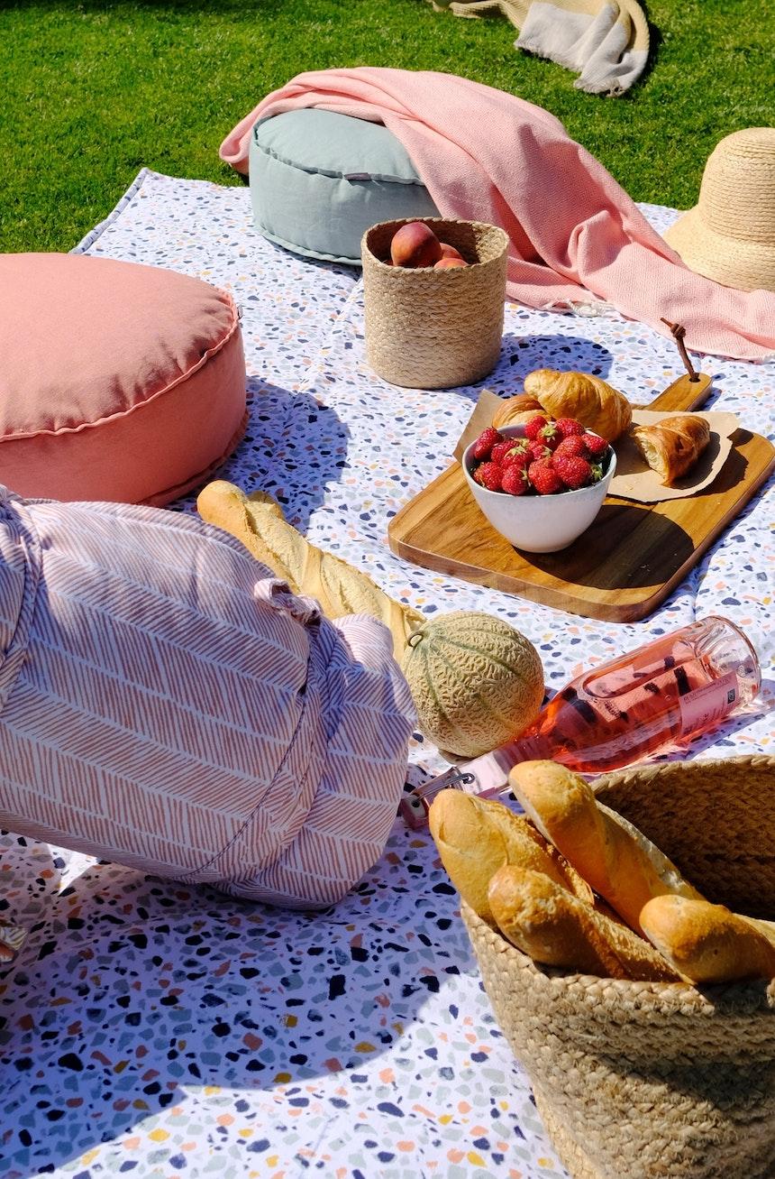 Terrazzo-Tischdecke, Sitzpoufs und viele Leckereien