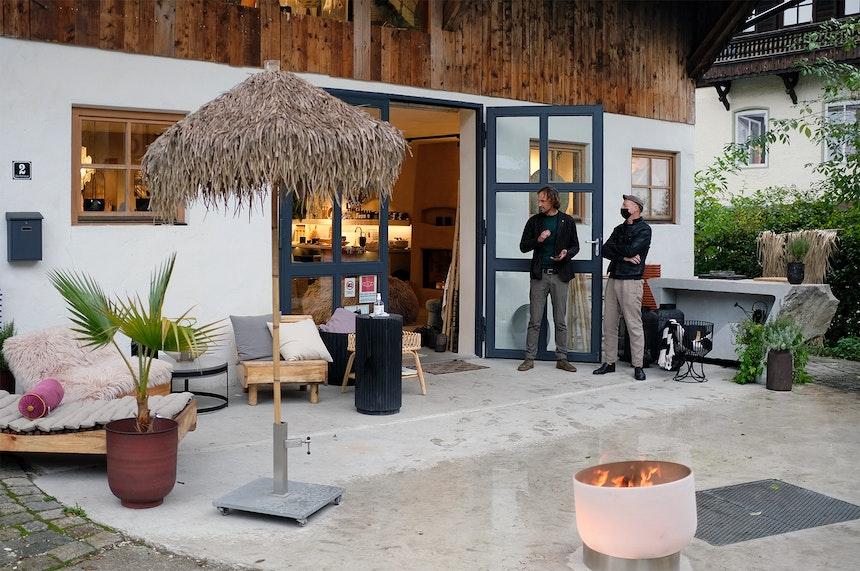 Ein alter Kuhstall wird zum Concept Store & Showroom, Outdoor Küchenblock (rechts) mit eingelassenem Gas-Wok (Hauser Naturstein)