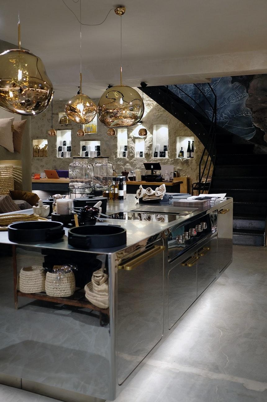 Edelstahl-Küche »Ego« (Abimis), Pendelleuchten »Melt« (Tom Dixon), rechts die maßangefertigte Schwarzstahltreppe zur ersten Etage
