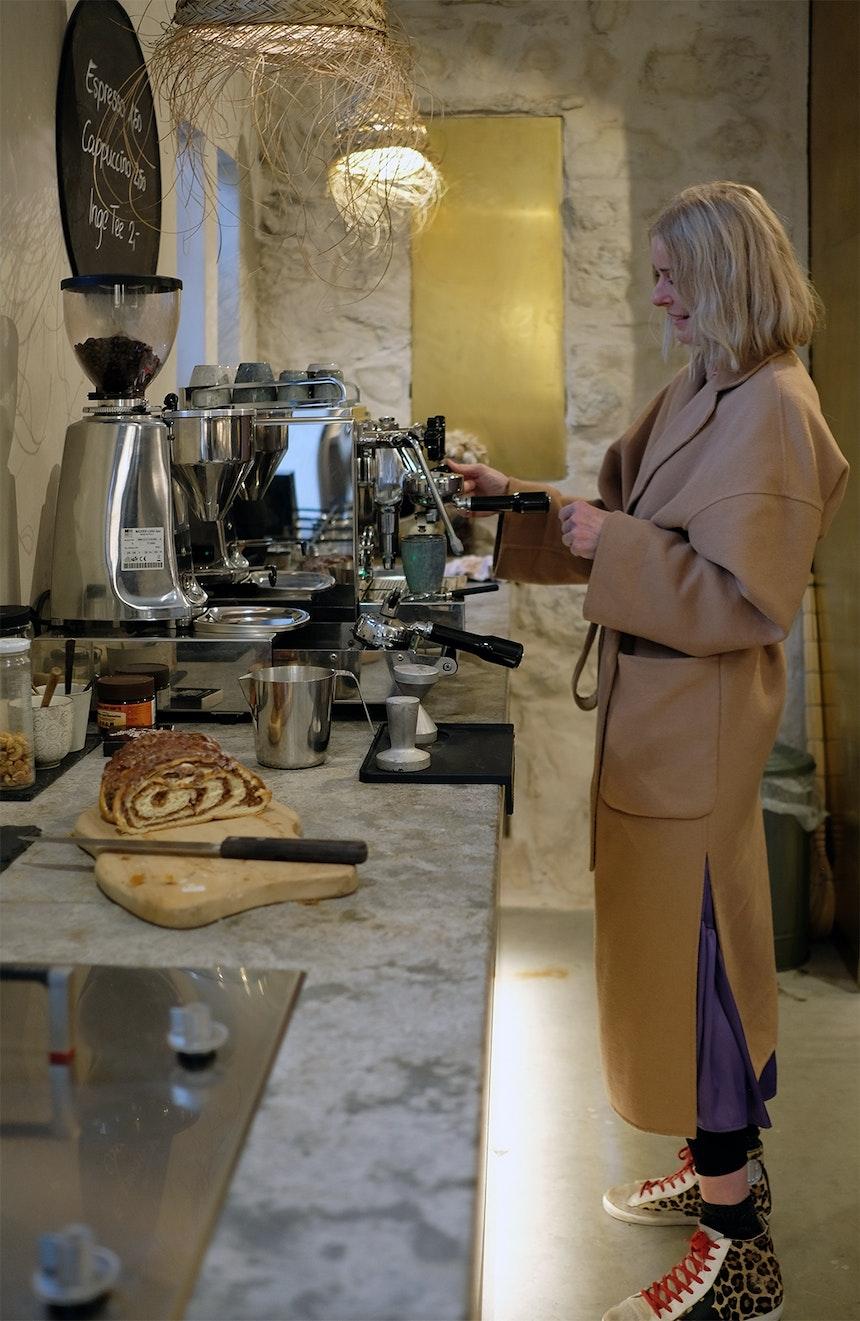 Kaffee & Naturstein – Antje Scheucher berät nicht nur, sondern verwöhnt ihre Kunden auch mit Kaffee, Tee oder einem Gläschen Weißwein