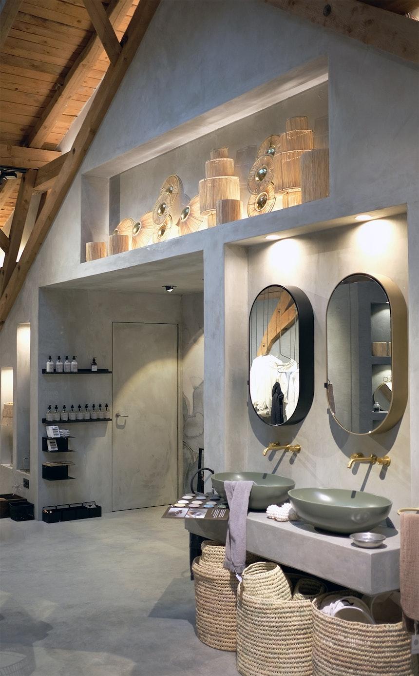 Wunderschön und in Farbe – Die Waschbecken und passenden Spiegelschränke (Cielo) kommen aus Italien, harmonisch-sanfte Wand- und Bodengestaltung (Mario Scheucher, Feuer und Stein)