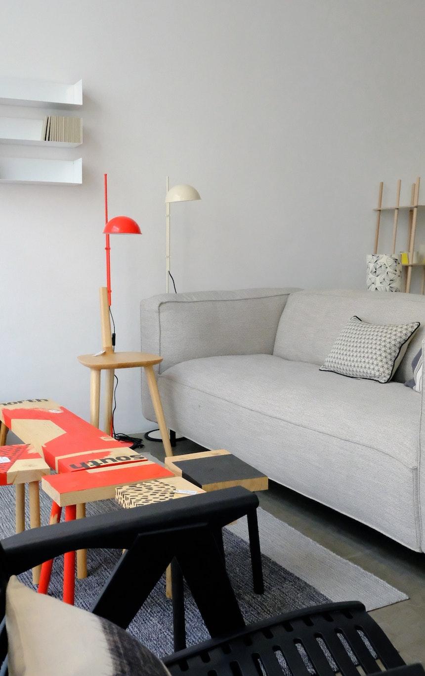 Weiße & rote Stehleuchte Funiculi, Design: Louis Porqueras für Marset, Teppich Nobsa, Design: Sebastian Herkner