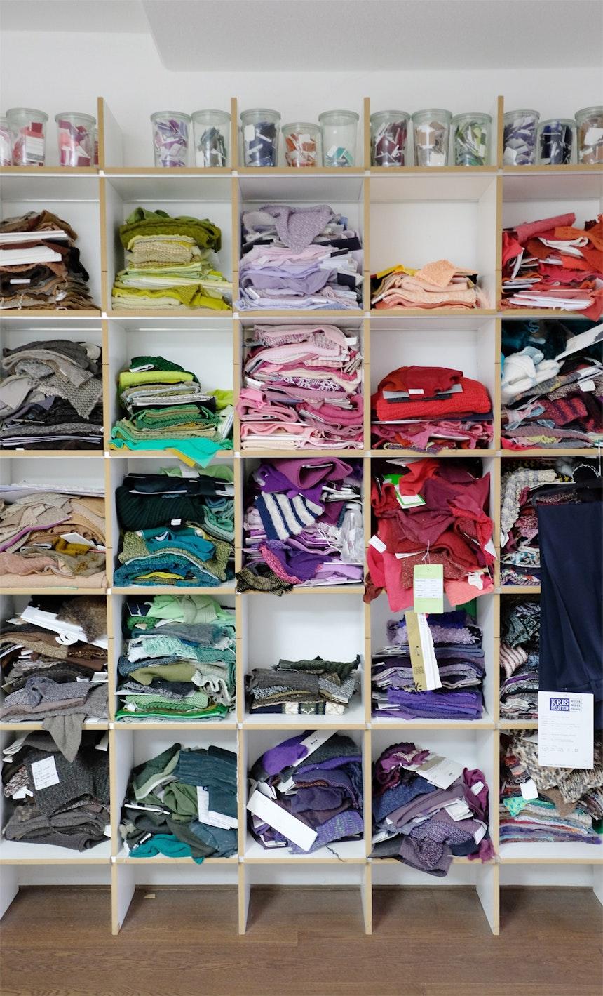 Hunderte Stricklaschen & Garnreste bekannter Modefirmen dienen als Rohstoff für weitere kreative Prozesse