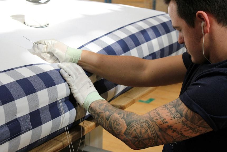 Tattoos, Handschuhe und große Nadeln