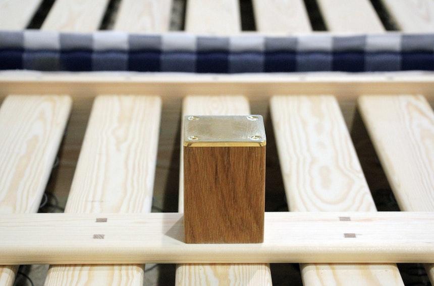 Holz und Messing = Bettfuß