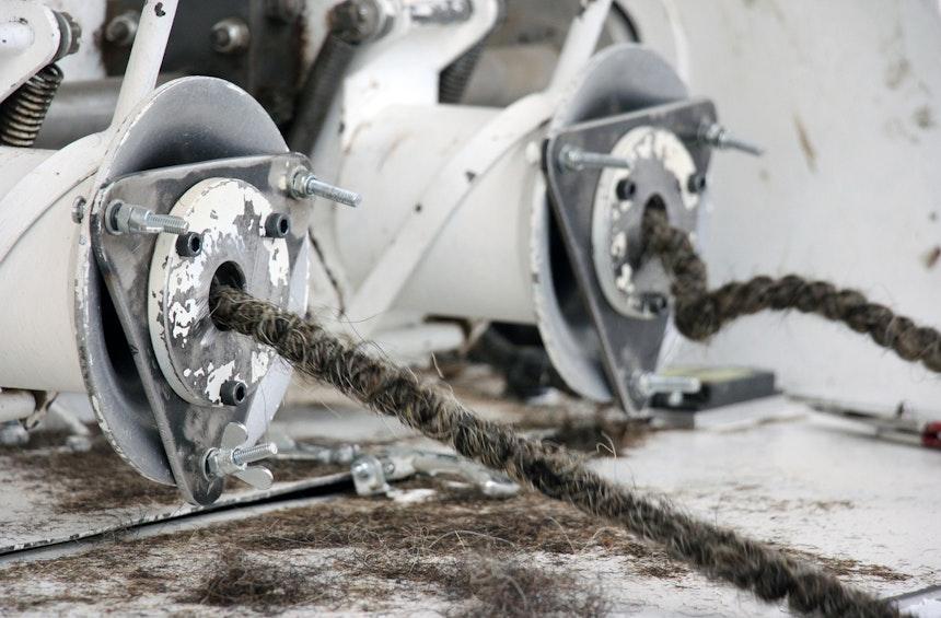 Rosshaar wird eingefädelt und fällt auf der anderen Seite der Maschine kurz geschnitten und stark gekräuselt heraus