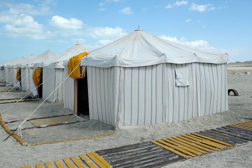 Innerhalb einer Woche errichtet – Acht Schlafzelte, ein Gemeinschaftszelt, ein Küchen-Wohnanhänger, Sitzgelegenheiten mit Sonnenschutz und 2 einfache Duschkabinen mit Toiletten