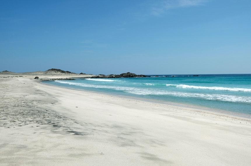 Sand- und Steinwüsten, Gebirge und unzählige weiße Sandstrände
