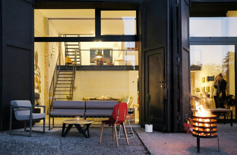 Abendstimmung im Showroom von MBzwo in den Berliner Spreestudios