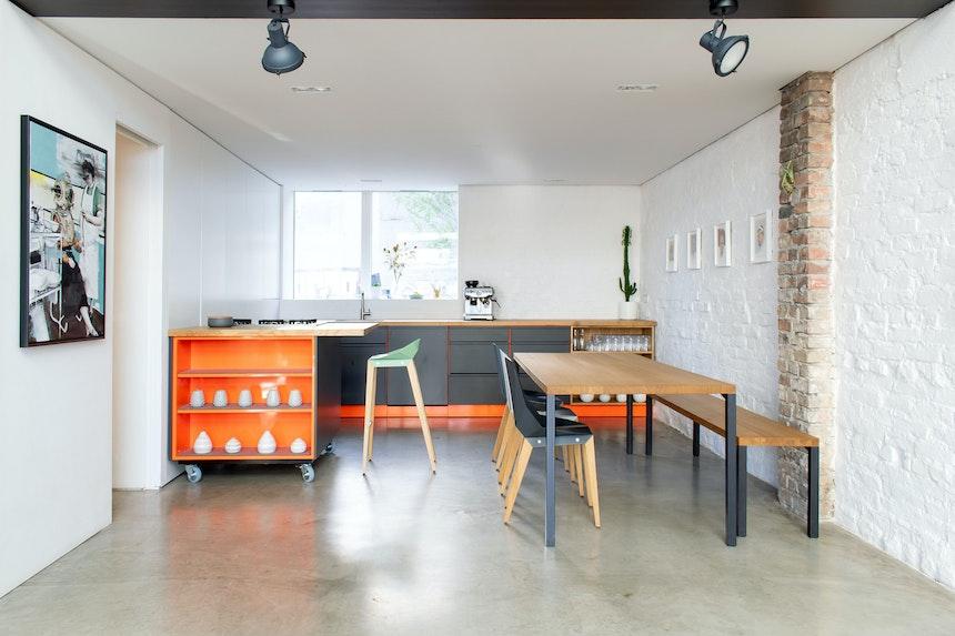 Popstahl-Küche aus Stahl und Holz, Möbeldesign von Tabanda (Stühle) & MBzwo