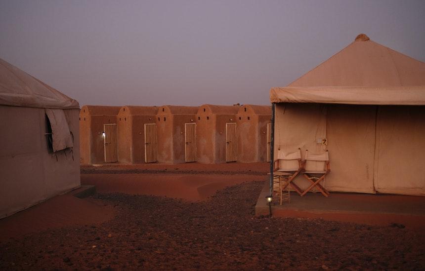 Die Farben der herein brechenden Nacht in der Wüste