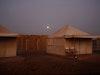 Meroe Camp – Zu den Zelten gehören kleine Badezimmer mit WC, die in einer gemauerten Hütte dahinter untergebracht sind