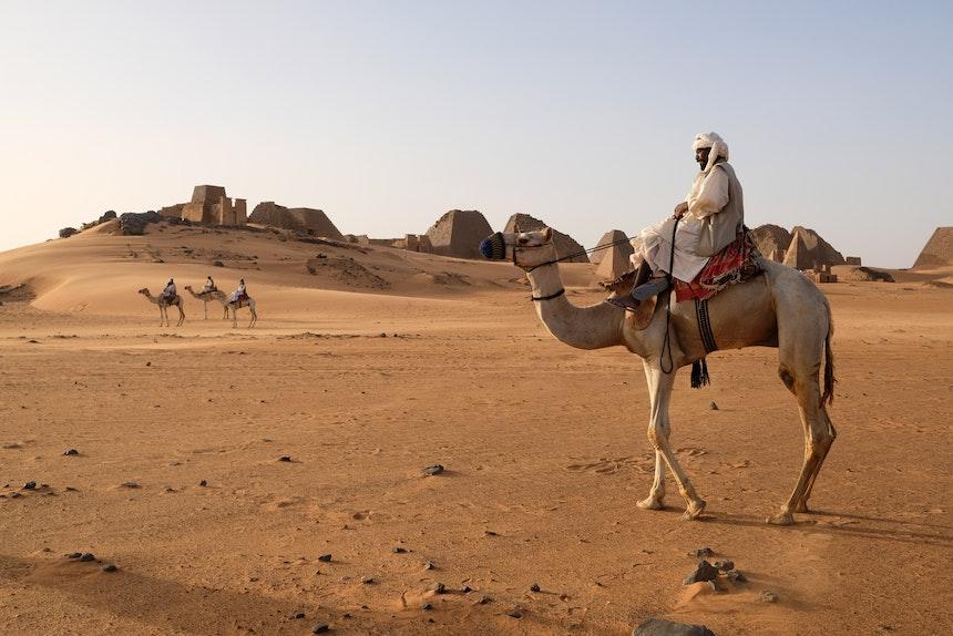 Kurz vor Sonnenuntergang – Erster Besuch bei den Pyramiden von Meroe, im Hintergrund der Nordfriedhof