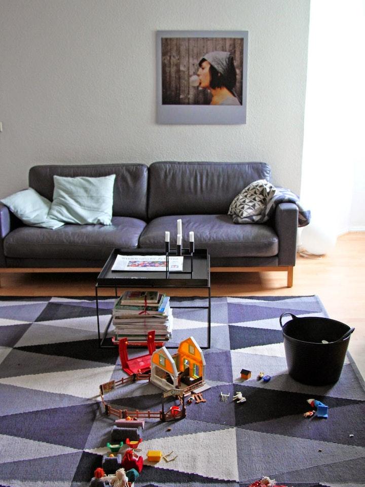Das Bild 'Bubble Girl' an der Wand und die Playmos auf dem Teppich!