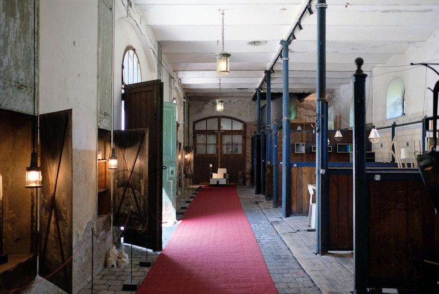 Ausstellung im ehemaligen Stallgebäude, Lesesessel »Bookinist«, Design Nils Holger Moormann