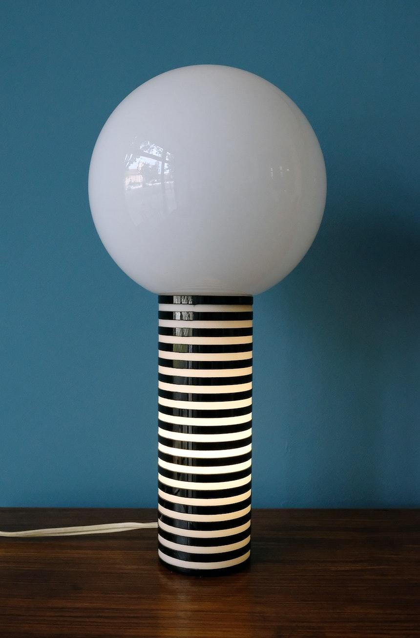 Vintage-Tischlampe mit zwei Schaltern für separates Beleuchten des Fußes, der Kugel oder beidem