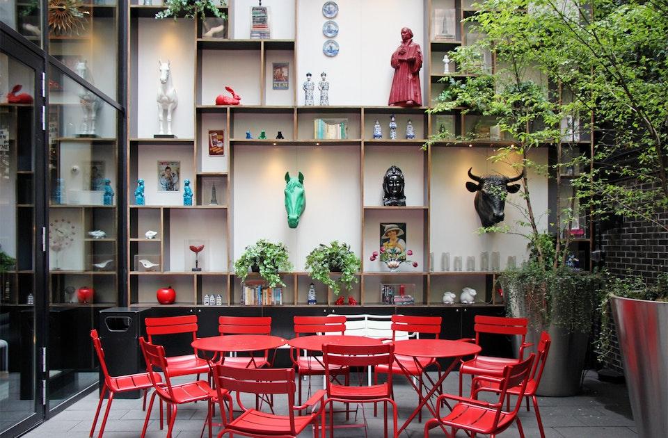 CitizenM Hotel, Garten mit Luxembourg-Stühlen von Fermob