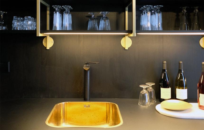 Offene Küche mit Spülbecken aus Messing – »PRETTY« APT.