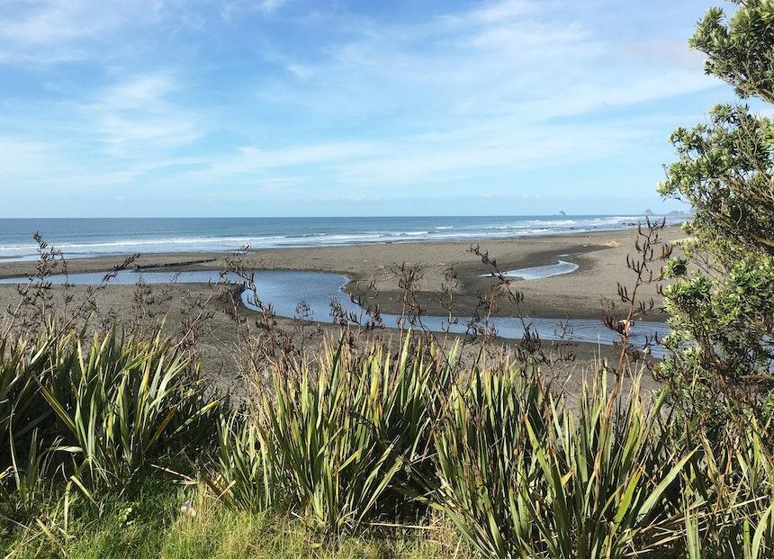 Schwarzer Sand in Oakura, südlich von New Plymouth