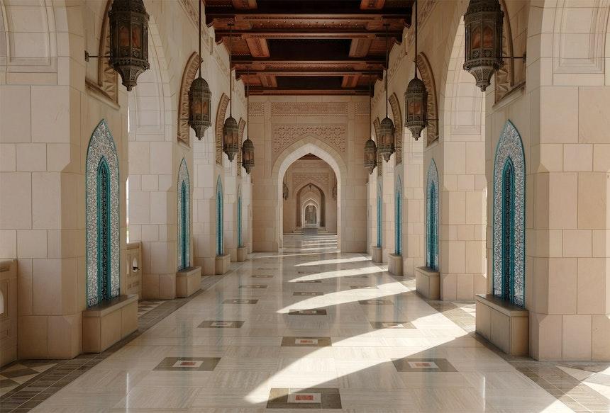 Einer der beiden Bogengänge (arab. Riwaqs), Nischen mit Mosaiken verschiedener Stile
