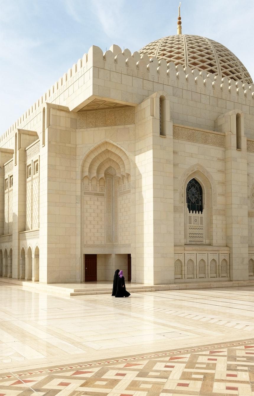Die Sultan Qabus Moschee gehört zu den größten Moscheen weltweit – 300.000 Tonnen indischer Sandstein wurden verbaut