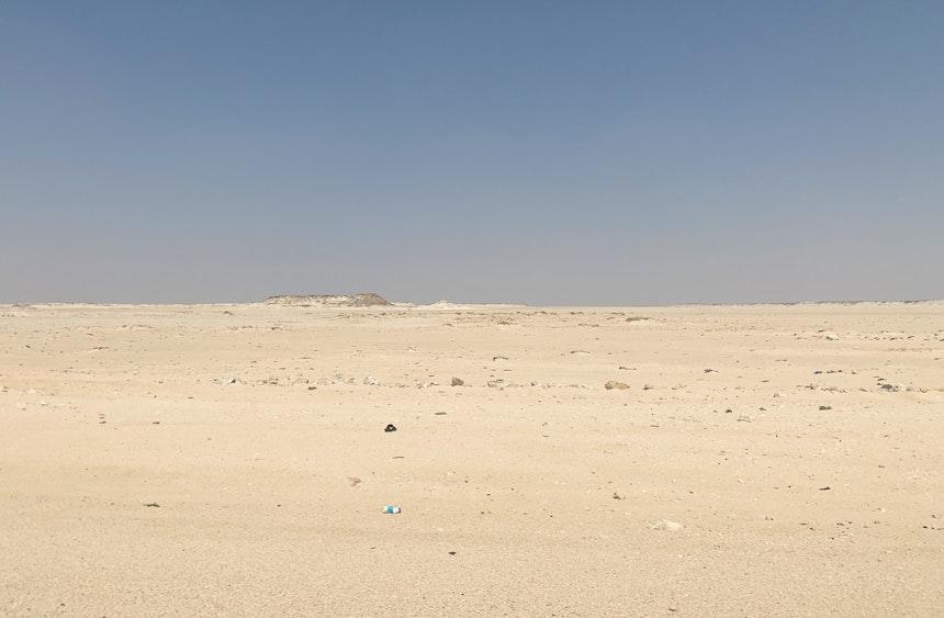 (Außer einer Plastikflasche) Nichts als Sand in verschiedenen Farbtönen
