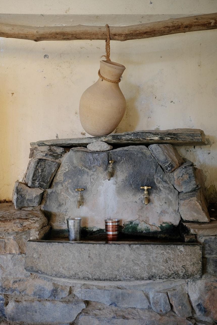 Frisches Trinkwasser kommt direkt aus dem Berg