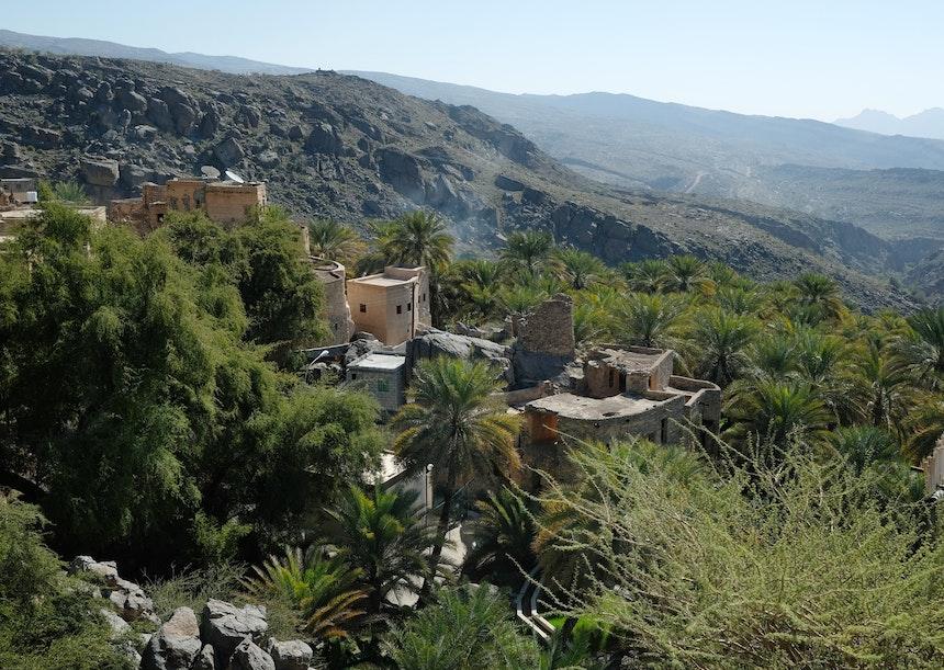 Misfat Al Abriyeen im Bezirk Al Hamra – Lehmhäuser, Feldterrassen & Dattelpalmenplantagen, umgeben von 1000 Meter hohen Bergen