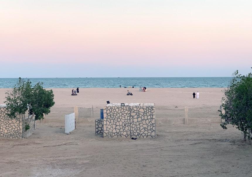 Strandszene in Al Ashkarah kurz nach Sonnenuntergang