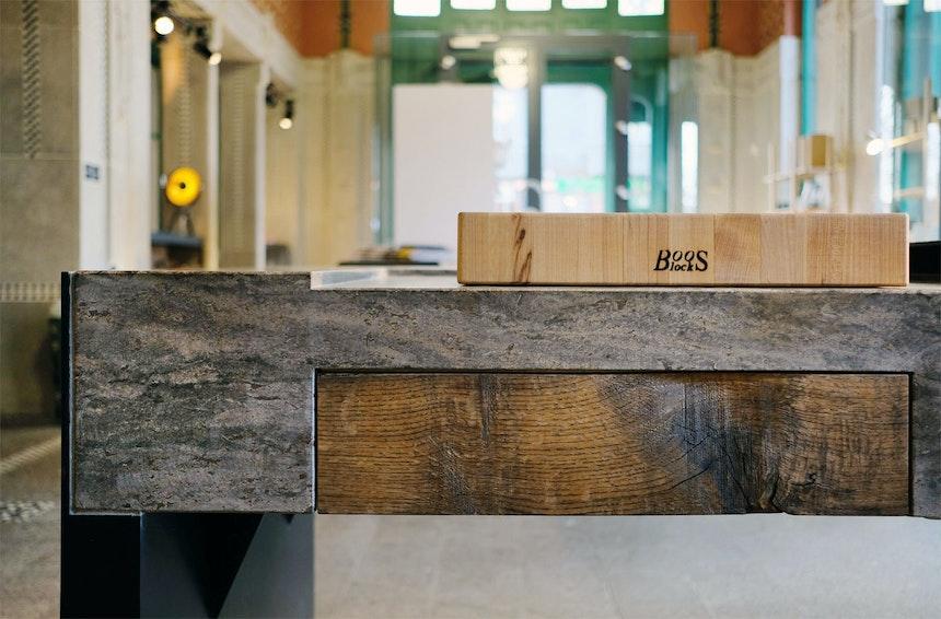 Geschliffener Stein & Schublade aus Altholz