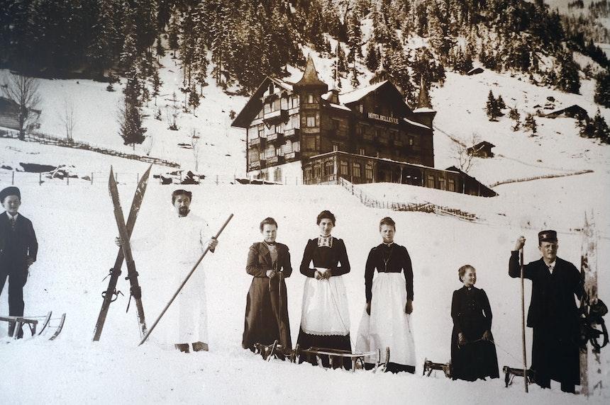 Das historische Hotel Bellevue (erbaut 1901), ursprünglich ein Türmchenbau aus Holz, vor dem großen Brand 1931