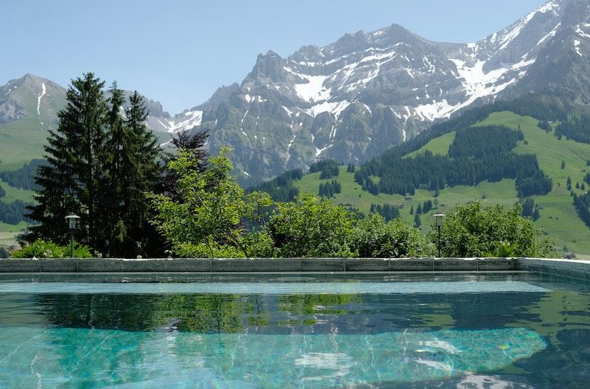 Außensolebad mit Unterwassermassageliegen – Bergblick inklusive