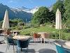 Berggipfel zum Greifen nah – Hotelterrasse des Parkhotel Bellevue in Adelboden (Outdoorstühle Stampa von Kettal)