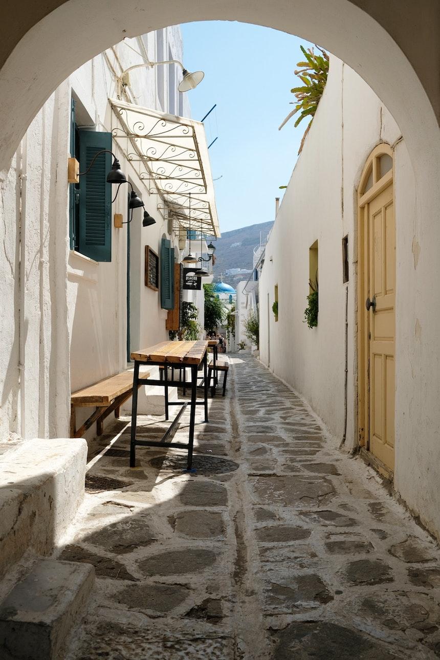 Straße in der Inselhauptstadt Parikia im Westen von Paros